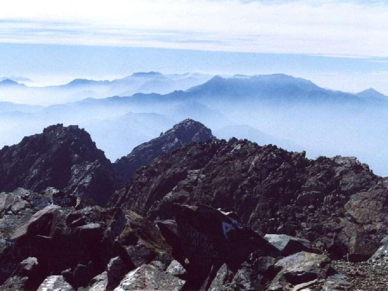 """Cerro La Campana: """"The Voyage of the Beagle"""". In diesem Buchklassiker beschreibt Charles Darwin seine Eindrücke, die er hatte, als er im August 1834 am Gipfel der Campana stand. Hatten ihm die Wolken über der Andenkette und der Dunst über dem Meer die Sicht auf den höchsten Berg Südamerikas, den Aconcagua, im Osten und auf den Pazifischen Ozean im Westen freigegeben?  Der Küstenkordillerenberg ist die zweithöchste Erhebung im Parque Nacional  La Campana"""