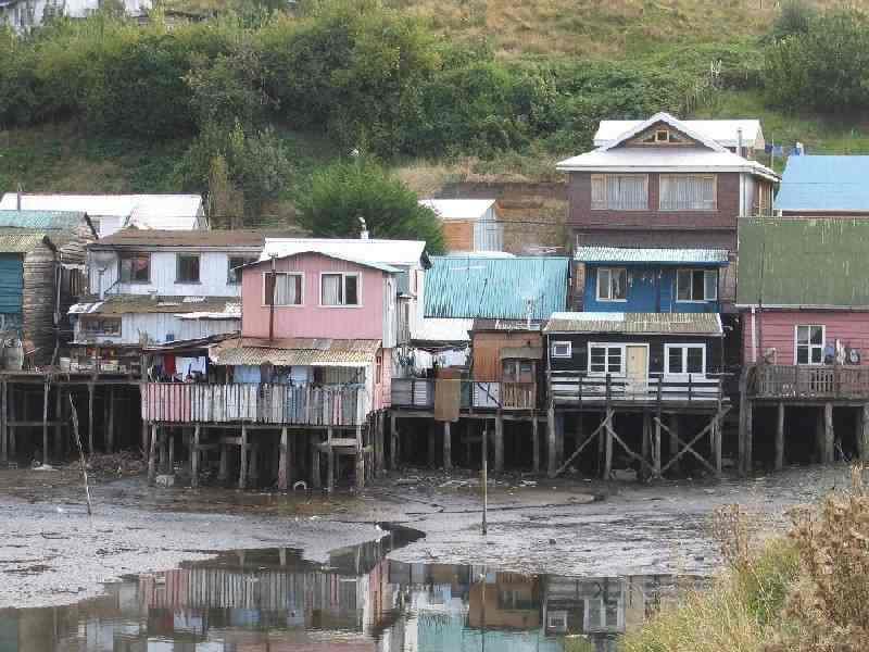 Castro  Palafitos: Die Insel Chiloé erreichen wir von Puerto Varas aus nach ca. 75km Autofahrt auf der Ruta 5 vorbei an Puerto Montt und Pargua, wo wir mit der Autofähre über den Canal Chacao nach Chiloé übersetzen. Die Überfahrt, auf welcher man mit etwas Glück Seelöwen, Delfine und Pinguine  beobachten kann, dauert ca. 20 Minuten. Weiter geht es dann über Ancud nach Castro, der Inselhauptstadt mit ihren vielen auf Stelzen erbauten Fischerhäusern, den Palafitos.