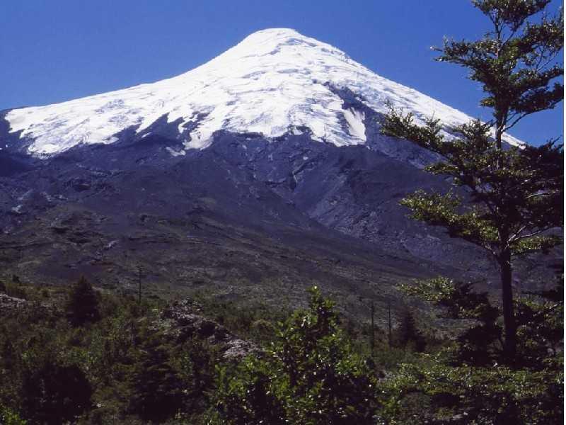 Volcán Osorno, Vulkan Osorno: Etwas Bergerfahrung und Kondition sollte man schon mitbringen, um den 2652m hohen Vulkan, dessen letzter Ausbruch im Jahr 1869 stattfand, zu besteigen. Für Nichtbergsteiger: Fahrt mit einem halbwegs geländetauglichen Fahrzeug bis zum Refugio Burbuja (1200m), weiter zu Fuß oder mit dem Lift zur Schneegrenze (ca. 1650m).