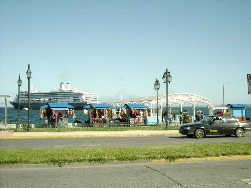 Kreuzfahrtschiff in Puerto Montt: Nur 15 Autobahnkilometer südlich von Puerto Varas ist die Ausfahrt nach Puerto Montt, der Hauptstadt der X. Region. Unzählige Geschäfte und Großkaufhäuser bieten sich an Regentagen für einen Einkaufsbummel an. Hier beginnt die berühmte Carretera Austral in den tiefen Süden Chiles. Von hier legen auch die Fährschiffe nach Chaiten oder Puerto Natales ab.