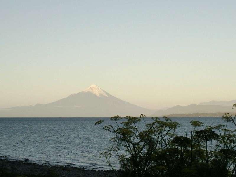 Lago  Llanquihue: Die reizvolle Fahrtroute rund um den See, immer in Sichtweite des markanten Vulkans Osorno, ist 165km lang, wobei man einen guten Teil davon auf Schotterpisten zu bewältigen hat. Llanquihue, Frutillar, Puerto Octay und Ensenada sind die Hauptorte am Lago Llanquihue. Die Laguna Verde unweit der Abzweigung zum Refugio Burbuja, dem Ausgangspunkt für die meisten Vulkanbesteigungen, ist ebenfalls einen Besuch wert.