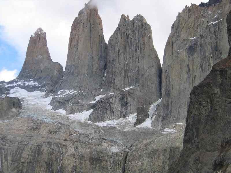 Torres del Paine: Namensgeber für einen der spektakulärsten  Nationalparks Südamerikas ist das gewaltige Bergmassiv Torres del Paine, dessen  höchste Erhebung , der Cerro Paine Grande, 3048m gegen den Himmel ragt  und dessen drei bizarre Granittürme an seinem östlichen Ende, die Cuernos del Paine, über 1000m fast senkrecht hinabstürzen. Selbst Wochen reichen nicht aus, um das 240.000ha große Gebiet zu erkunden.
